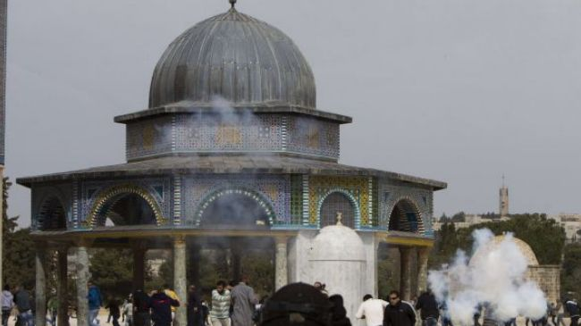 File photo shows Israeli forces clashing with Palestinians at al-Aqsa Mosque in East al-Quds.