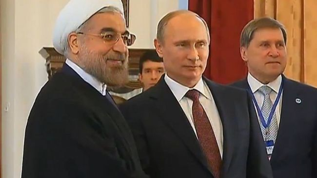 Iran's President Hassan Rouhani (L) shakes hands with Russian President Vladimir Putin. (File photo)