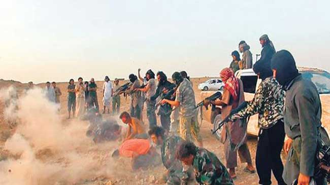 File photo shows ISIL militants pointing their guans at captured Iraqi people.