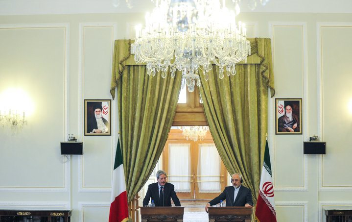 Iran's Foreign Minister Mohammad Javad Zarif (R) and his Italian counterpart Paolo Gentiloni attend a joint press conference in Tehran on February 28, 2015.