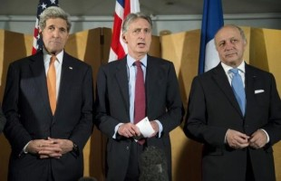 British Foreign Secretary Philip Hammond (C), flanked by U.S. Secretary of State John Kerry (L) and French Foreign Minister Laurent Fabius (R), makes a statement about their meeting regarding recent negotiations with Iran over Iran's nuclear program in London, England March 21, 2015. CREDIT: REUTERS/BRIAN SNYDER