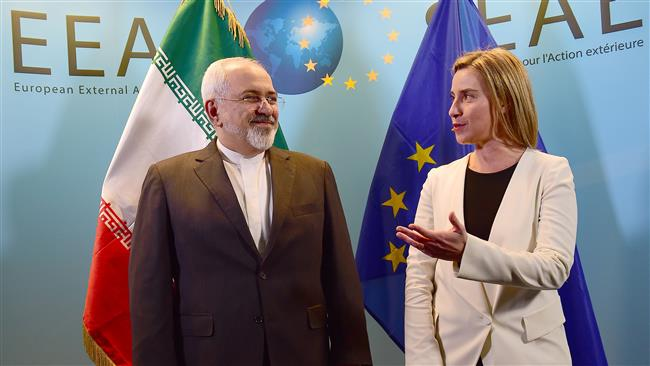 Iranian Foreign Minister Mohammad Javad Zarif (L) is welcomed by EU foreign policy chief Federica Mogherini on March 16, 2015 at the European External Action service headquarters in Brussels. © AFP