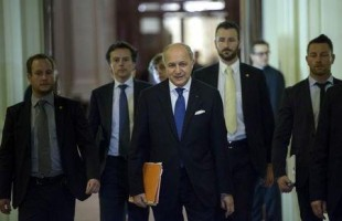 French Foreign Minister Laurent Fabius (C) walks with others during a break in a meeting with world representatives seeking to pin down a nuclear deal with Iran at the Beau Rivage Palace Hotel in Lausanne March 31, 2015. REUTERS/Brendan Smialowski/Pool